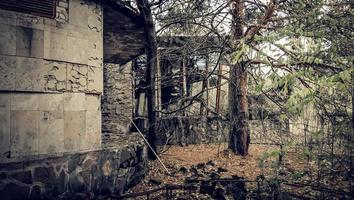 pripyat, ucrania, 2021 - estructura ruinosa en chernobyl foto