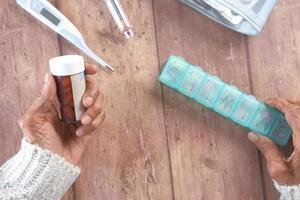 mujer mayor, tenencia, pastilleros, y, botellas