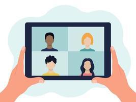 tableta en sus manos. hay 4 personas en la pantalla. videoconferencia, comunicación online. ilustración plana vectorial aislado en un fondo blanco vector