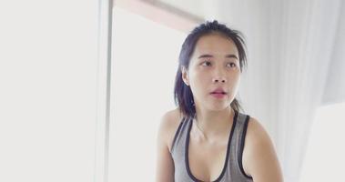 rosto próximo de mulher asiática fazendo bíceps