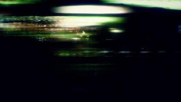 luzes distorcidas da cidade refletindo sobre o loop de vídeo escuro