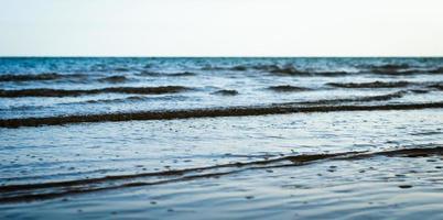 pequeñas olas en el mar foto