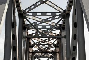 construcción de puente de metal gris foto