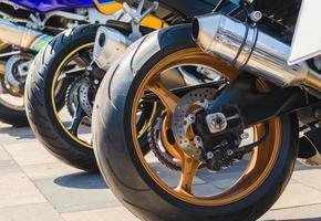 primer plano de las ruedas de la motocicleta foto