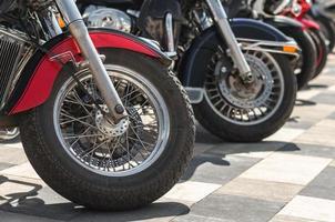 primer plano, de, chopper, motocicleta, ruedas foto