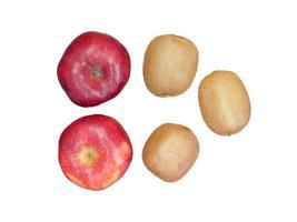 Manzanas y kiwis aislado sobre un fondo blanco.