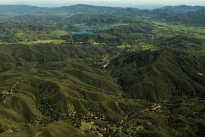 vista aérea de un lago en las montañas de california foto