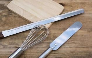 panadería y utensilios de cocina en una mesa de madera foto