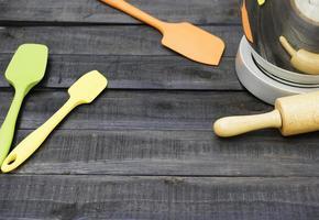 Panadería y utensilios de cocina con un temporizador de cocina sobre una mesa de madera foto