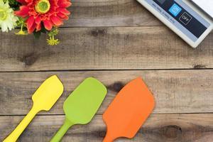 Panadería de silicona y utensilios de cocina sobre una mesa de madera foto