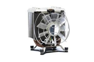 Ventilador de la CPU más fresco con disipador de calor y cable aislado sobre fondo blanco. foto