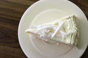 un trozo de tarta de coco en un plato blanco foto
