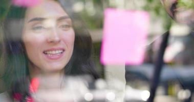 femme d & # 39; affaires dans une réunion de groupe en utilisant des notes autocollantes
