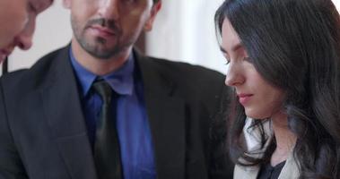 femme d & # 39; affaires en contact visuel lors d & # 39; une réunion video