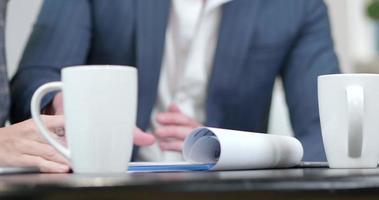 fechar as mãos durante uma reunião de negócios
