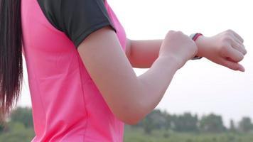 mulher configurando relógio inteligente antes do treino