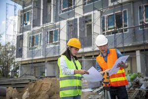 ingenieros planificando un sitio de construcción foto
