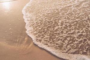 Vista superior de salpicaduras de arena y agua de mar con espacio de copia en una playa tropical de verano limpio foto