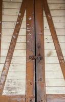 Daños y cerradura de puerta vieja oxidada foto