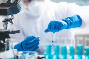 investigador que trabaja en la vacuna covid-19 foto