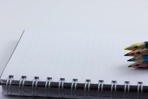 Cuaderno en blanco aislado sobre un fondo blanco. foto
