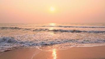 el sol se pone mientras las olas bañan la playa video