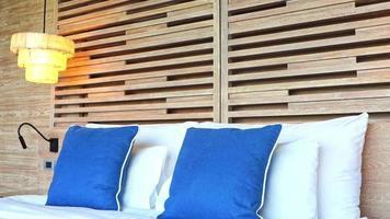 travesseiros na cama com decoração e luminária