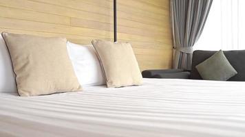 travesseiro branco na decoração da cama do interior do quarto