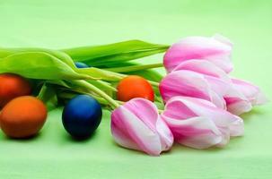 tulipanes y huevos de pascua foto