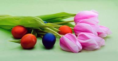 tulipanes con huevos de colores foto