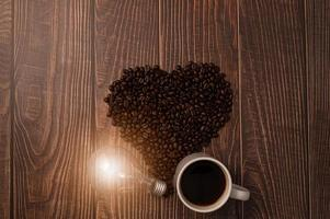me encanta tomar café, granos de café en forma de corazón, bombilla que emite energía