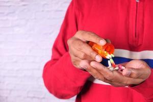 Cerca de la mano del hombre tomando medicina