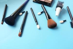 Vista superior de herramientas cosméticas sobre fondo azul. foto