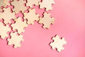 Rompecabezas sobre fondo rosa, vista superior foto