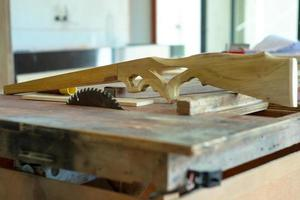 El enfoque selectivo de la pistola de juguete de madera en la fábrica. foto