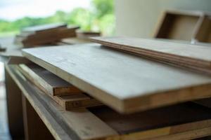 El enfoque selectivo en la pila de tablas de madera para instalar el trabajo interior en el sitio de construcción. foto