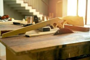 Enfoque selectivo en juguetes de madera en forma de pistola en la fábrica. foto