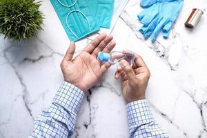 usar líquido desinfectante para prevenir el virus corona foto