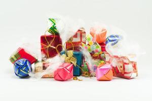 pila de primer plano de cajas de regalo envueltas en papel de colores para el festival de Navidad con antecedentes aislados. enfoque selectivo de regalos en un hermoso paquete para regalar en cualquier ocasión. foto