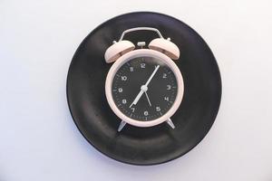 reloj despertador en placa negra foto