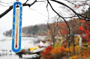 Primer plano de imagen de enfoque selectivo del termómetro en la temperatura fría con la lluvia foto