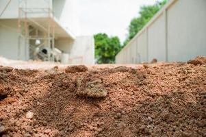 Primer plano de la textura del suelo en el suelo con el sitio de construcción borrosa en segundo plano. foto