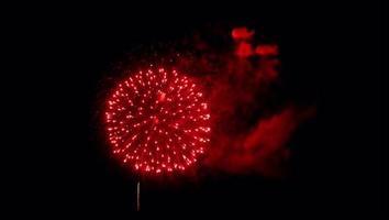 fogo de artifício vermelho realista sobre fundo preto.