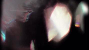 vazamento de luz laranja realista sobre fundo preto.