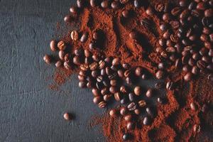 granos de café y primer plano de café molido foto