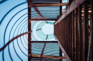 mirando hacia las escaleras de metal foto