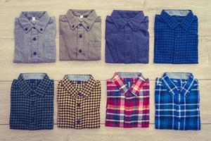 camisas sobre fondo de madera foto