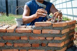 Closeup textura y fondo de albañiles naranja instalado por trabajador en el sitio de construcción foto