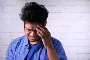 hombre con dolor de cabeza foto