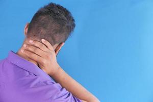 Hombre sujetando el cuello con dolor por detrás